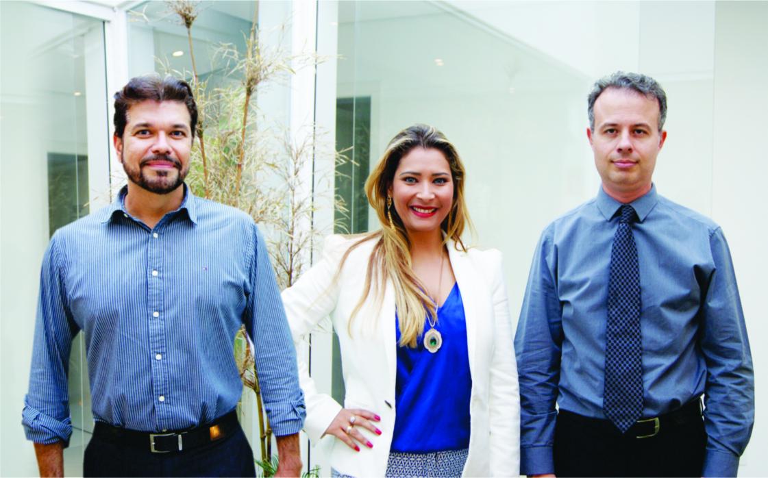 Foto - Os médicos José Paulo Tapié - cirurgião plástico (esquerda),  Cesar Pacheco Guedes - cirurgião plástico facial (direita) e  no centro Daniele Florêncio, diretora da  Clínica Vitaclin