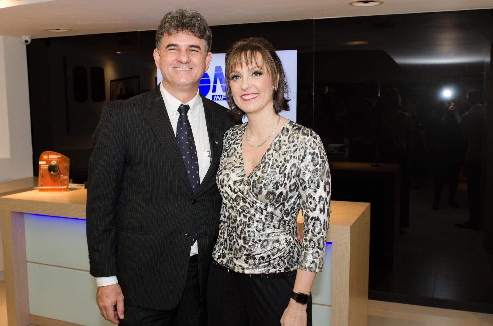 Os anfitriões Deodato Mansur e Virginia Giraldi da OMNI Informática